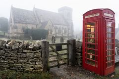 Cabina telefonica vicino alla chiesa di Snowshill nei theCotswolds fotografie stock libere da diritti