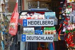 Cabina turística de la tienda con diversos recuerdos relacionados con la ciudad de Heidelberg en Alemania con la placa, osos del  fotografía de archivo