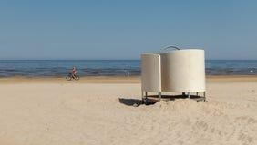 Cabina vestentesi bianca sulla spiaggia sul Mar Baltico fotografie stock