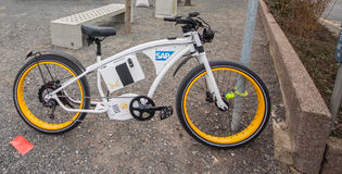 Cabina vicina della società di Byke SAP della bici elettrica a CeBIT Immagine Stock