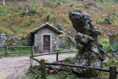 Cabina vieja de la montaña en Toscana Imagen de archivo