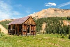 Cabina vieja de los mineros en la montaña roja Imagen de archivo
