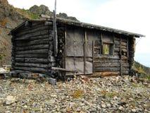 Cabina vieja en las montañas Imagen de archivo libre de regalías