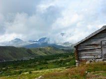 Cabina vieja en montañas Imagen de archivo