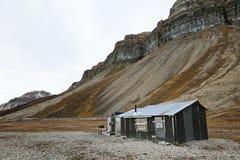 Cabina y acantilados en Skansbukta, Svalbard Fotos de archivo libres de regalías