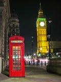 Cabina y Big Ben de teléfonos roja en la noche imagen de archivo libre de regalías