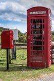 Cabina y buzón de teléfono cerca de Kirkaig, Escocia Imagenes de archivo