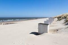 Cabinas blancas en una playa soleada Fotos de archivo libres de regalías