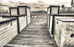 Cabinas de madera coloridas hermosas en la playa fotos de archivo libres de regalías