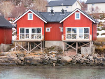Cabinas de Rorbu en Stokmarknes, Vesteralen, Noruega Imagenes de archivo