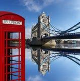 Cabinas de teléfonos rojas con el puente de la torre en Londres, U Imagenes de archivo