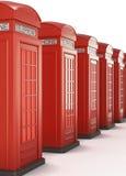 Cabinas de teléfonos rojas en fila 3d rinden los cilindros de image Imagenes de archivo