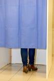 Cabinas de votación con mujeres Fotos de archivo