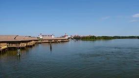Cabinas del centro tur?stico polinesio de Disney en laguna de siete mares almacen de metraje de vídeo