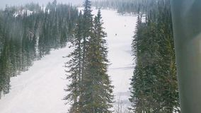 Cabinas del esquí, centro turístico en montañas en a cámara lenta y el esquí, Siberia 1920x1080 almacen de metraje de vídeo