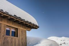 Cabinas del invierno en las montañas francesas Imagenes de archivo