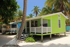 Cabinas en los zancos en la pequeña isla del tabaco Caye, Belice fotografía de archivo libre de regalías