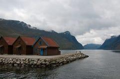 Cabinas en orilla en el fiordo foto de archivo libre de regalías
