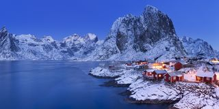 Cabinas noruegas del ` s del pescador en el Lofoten en invierno imagen de archivo