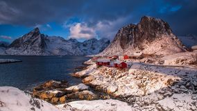 Cabinas noruegas tradicionales del ` s del pescador, rorbuer, en la isla foto de archivo