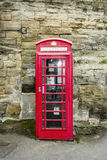 Cabinas rojas de la cabina de teléfonos Imagenes de archivo