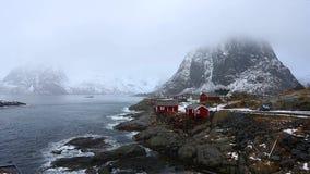 Cabinas rojas del pueblo de Hamnoy, Lofotens almacen de metraje de vídeo