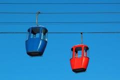 Cabinas vacías del teleférico en fondo del cielo azul fotografía de archivo