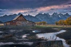 Cabinas y nubes del rancho de Moulton Imágenes de archivo libres de regalías