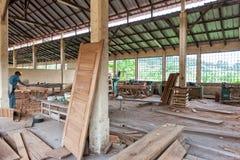 CABINDA/ANGOLA - 08JUN2010 - timmerwerkfabriek met Afrikaanse exploitanten royalty-vrije stock afbeeldingen