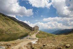 Cabine 'Pforzheimer Hà ¼ tte' naast Meer in de Alpen, Zuid-Tirol, Italië Stock Afbeeldingen