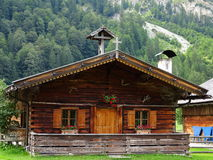 Cabine alpina na paisagem da montanha fotografia de stock royalty free