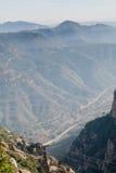 A cabine amarela do cabo aéreo aéreo da montanha vai acima ao monastério de Monserrate Maciço, abismo e garganta enevoados no bac Foto de Stock
