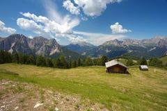 Cabine arborizado com dolomites, Itália Imagem de Stock