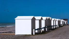 Cabine bianche della spiaggia della Normandia Fotografie Stock Libere da Diritti