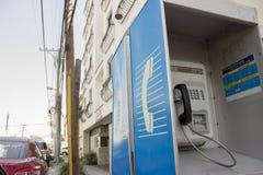 Cabine bleue de téléphone public - extérieur photo libre de droits