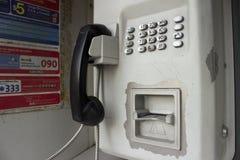 Cabine bleue de téléphone public - extérieur image libre de droits