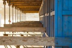 Cabine blu d'annata della spiaggia su una spiaggia siciliana fotografia stock libera da diritti