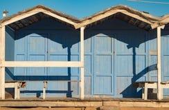 Cabine blu d'annata della spiaggia su una spiaggia siciliana immagine stock