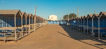 Cabine blu d'annata della spiaggia su una spiaggia siciliana immagini stock libere da diritti