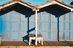 Cabine blu d'annata della spiaggia su una spiaggia siciliana fotografie stock