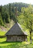 Cabine catita da madeira com telhas de madeira Fotos de Stock