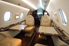 Cabine d'avion à réaction de Privat avec les tables ouvertes Photo stock