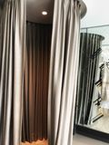 cabine d'essayage vide dans la boutique d'habillement Photo libre de droits