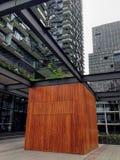 Cabine da caixa de madeira entre a construção e as construções Fotografia de Stock Royalty Free