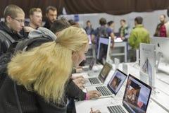 Cabine da empresa de Apple na ECO 2015, feira profissional a maior da eletrônica em Ucrânia foto de stock