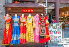 A cabine da foto com roupa tradicional que é permite o turista que veste-se acima para o tiro da foto no parque verde Cui Hu Park fotos de stock royalty free