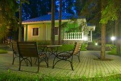 Cabine dans la forêt de nuit Photographie stock libre de droits