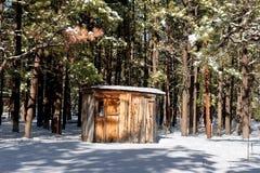Cabine dans la neige Images stock