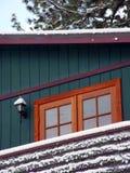 Cabine dans un bois de neige Images stock