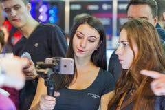 Cabine de bâton de selfie de Smartphone pendant l'ECO 2017 à Kiev, Ukraine Image stock